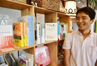 店舗の一角を借りて運営する「書肆みず盛り」。「今後はより意外性のある場所に間借りしてみたい」と語る山下桂樹さん