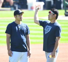 田中将大から投球のアドバイスを受ける菊池雄星(左)