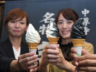 松栄堂とおおのミルク工房が共同開発したごま摺りソフトクリーム。(右から)ゴマ、ミックス、バニラ味