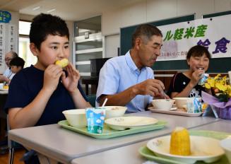 生産者と交流しながら軽米産食材で作った給食を味わう子どもたち