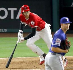 レンジャーズ戦の7回、左前打を放つエンゼルス・大谷翔平。投手マイナー=アナハイム(共同)