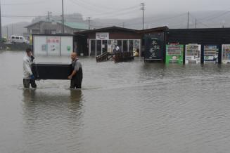 大雨で店内が浸水した一本松茶屋=28日午前10時4分、陸前高田市気仙町