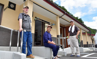 入居間もない災害公営住宅の前で談笑する住民。豪雨発生から3年がたち、本格的な生活再建へ歩み出した=29日、岩泉町安家