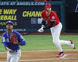 レンジャーズ戦の1回、左中間に二塁打を放つエンゼルス・大谷翔平。投手クレース=アナハイム(共同)