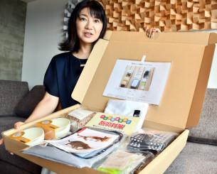 9月1日に発売する防災セットを手にする太野由佳子社長