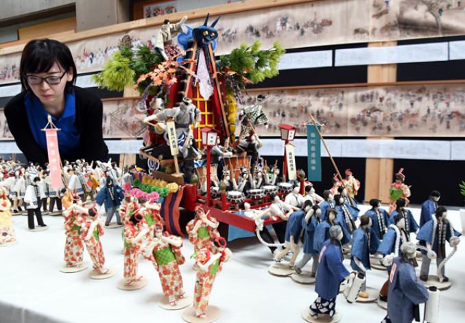 にぎやかな二戸まつりを再現した紙人形展