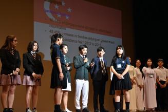 自国の子どもの貧困状況を紹介する各校の代表生徒