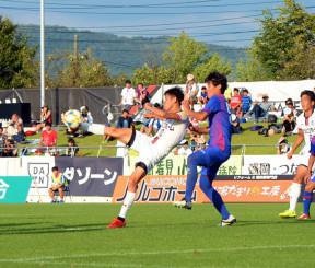 岩手-FC東京U-23 後半27分、岩手のFW谷口海斗(左)がクロスに合わせてシュートを放ち、1-1の同点に追い付く=盛岡市・いわぎんスタジアム