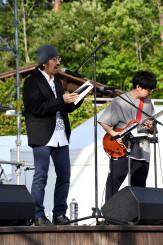 宮沢賢治作品を基にした「朗読と音楽」を披露する古川日出男さん(左)と後藤正文さん