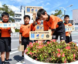 宮古駅前にラグビーワールドカップをPRするプレートを設置する児童