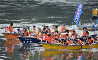 節目を飾るEボート大会で熱戦を展開する参加者