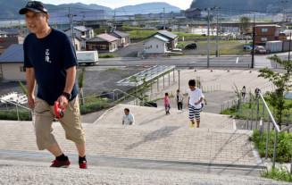 高台の鵜住居小、釜石東中を目指して避難する住民