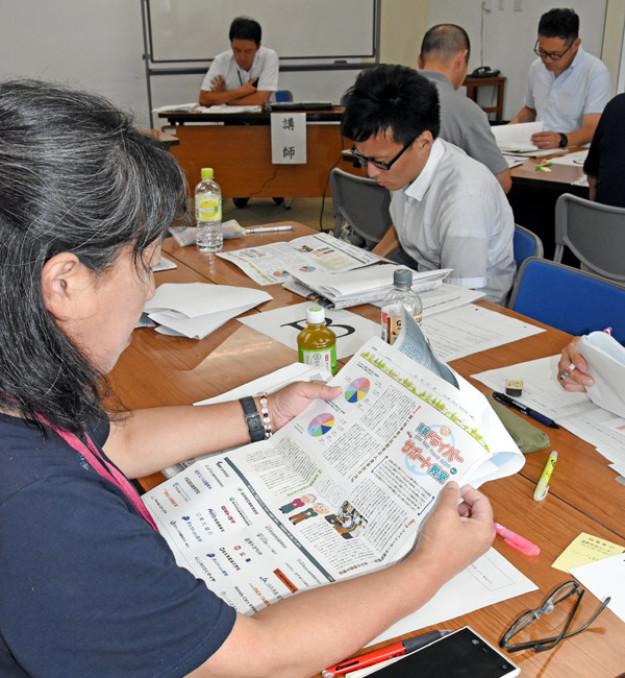 新聞広告の狙いや効果、仕組みの解説を受け、地区の広報への生かし方を考える遠野市の公民館主事ら