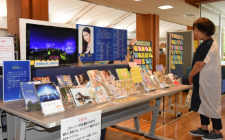 桑島法子さんの出演作や関連作品が並ぶ企画展