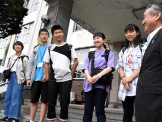 太平洋津波博物館への訪問視察を前に野田武則市長(右)と懇談し笑顔を見せる生徒