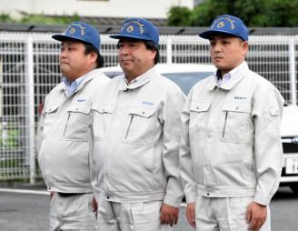 武雄市に派遣される(右から)畠山拓也さん、中村吉雄さん、小泉剛志さん=3日、陸前高田市役所