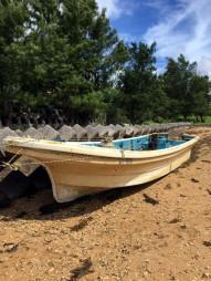 東日本大震災で流失し、沖縄県中部の海岸で発見された清昭丸(中城海上保安部提供)
