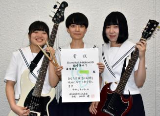最優秀賞に輝いたSANMAの(左から)中村茉奈さん、外村恩さん、深沢星さん