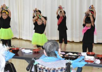 かわいらしい踊りでお年寄りの長寿を祝う水堀保育所の子どもたち