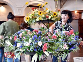 フラワーウイークに向け岩手銀行赤レンガ館を鮮やかな花で彩る関係者