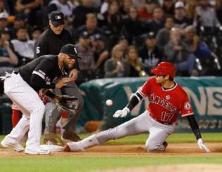 ホワイトソックス戦の7回、右翼線に三塁打を放ち滑り込むエンゼルス・大谷翔平=シカゴ(共同)