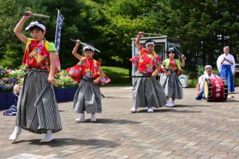 華麗な舞で八戸道開通30周年に花を添えた山内神楽保存会
