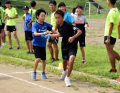 走る技、教えて先輩! 早大競走部が小中学生指導