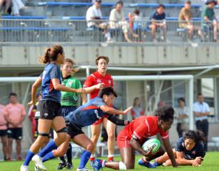 激しくボールを奪い合う日本代表候補とカナダ代表の選手=7日、盛岡市永井・いわぎんスタジアム