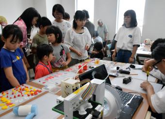 3Dプリンターを使ったアクセサリー製作に取り組む参加者