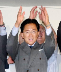 岩手県知事選で4選を果たし、支援者らと万歳する達増拓也氏=8日夜、盛岡市