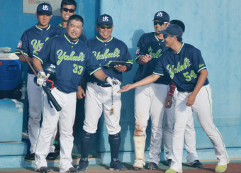 現役引退を決意したヤクルトの畠山和洋(33)。8日の試合は代打で出場したものの申告敬遠でお役御免となり、チームメートに笑顔で迎えられた=宮城県石巻市民球場