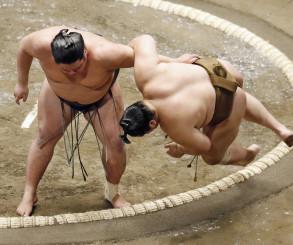 錦木(左)が下手投げで輝を破る