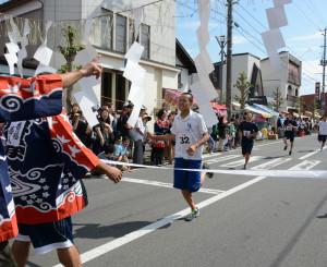 福男イベントでトップでゴールする鎌田有仁さん(中央)