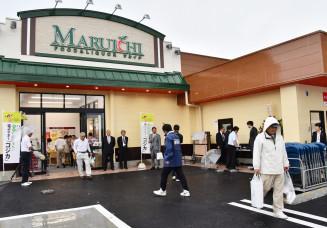 買い物客でにぎわう「うのポート」のマルイチ