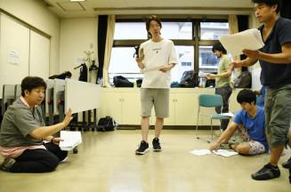 「スローターズⅡ」上演に向け、演出をつけるベロ・シモンズさん(左)