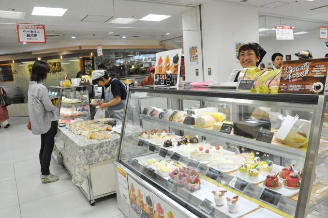 スイーツや総菜など盛岡市近郊の食と工芸が並ぶ市産業まつり