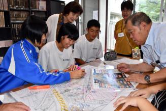 地域住民と共に防災マップ作りに取り組む生徒