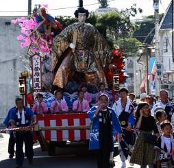 浄法寺地区の中心部を練り歩く華やかな山車