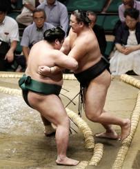 錦木(左)がきめ出しで東龍を破る