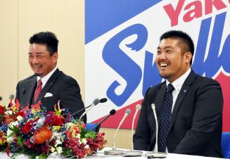 19年間のプロ生活を振り返りながら引退への思いを語るヤクルトの畠山和洋。左は館山昌平=東京都内の球団事務所