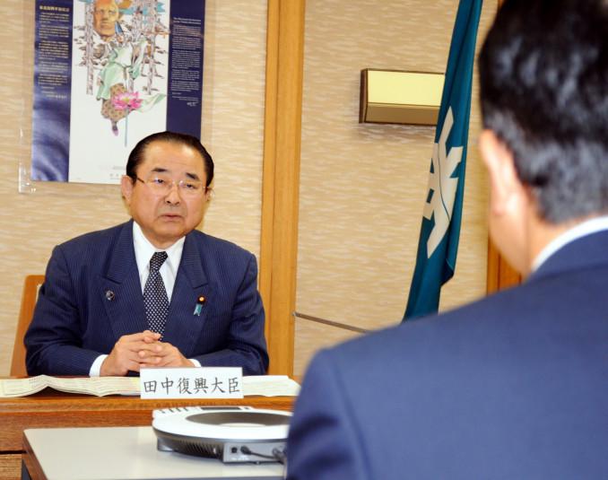 達増知事と会談し「現場第一主義で臨みたい」と決意を語る田中和徳復興相