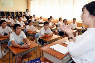 岩手日報社員(右)からメモを取るコツを学ぶ生徒