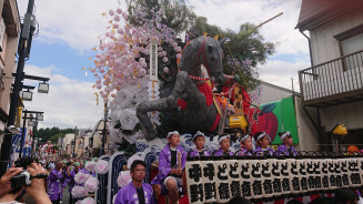 華やかな山車を連ね、まちに繰り出す八幡下りパレード=14日、盛岡市八幡町