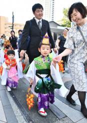 華やかな衣装に身を包み、八幡通りを歩く子どもたち