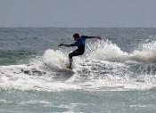 波と一体、果敢な技 洋野観光杯サーフィン大会
