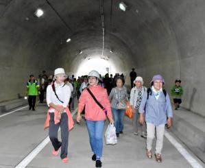 29日に開通する新大槌トンネル内を見学する住民