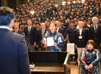 「オール岩手で戦う」と決意を述べる平野恵里子主将(中央)。右は武田さち恵主将=盛岡市