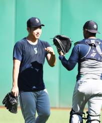 投球練習後にチームメートとグータッチをかわすマリナーズ・菊池雄星=ピッツバーグ