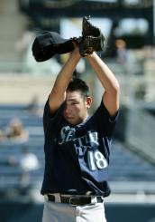 パイレーツ戦の2回、エルモアに適時二塁打を許し、マウンドで汗を拭うマリナーズ・菊池雄星=ピッツバーグ(共同)