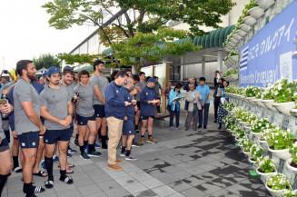 歓迎メッセージが添えられたハンギングバスケットを興味深く見つめるウルグアイ代表選手ら